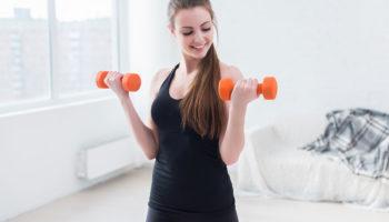 5 легких упражнений с гантелями на дому чтобы оставаться в форме в любое время