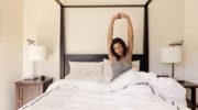 Зарядка для сонь: 10 упражнений, которые помогут проснуться прямо в кровати