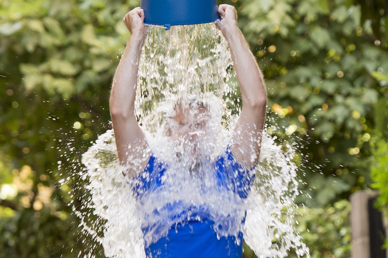 эта как прыскать воду на людей фотосессии своим