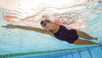Как плавание в бассейне способствует поднятию жизненного тонуса и отличному настроению