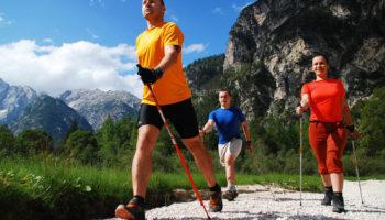 Почему скандинавская ходьба с палками намного полезнее обычной прогулки