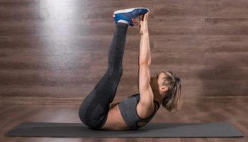 Складка с касанием ног: как привести в тонус все тело