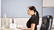 Почему важно сидеть за столом правильно и как выработать эту полезную привычку
