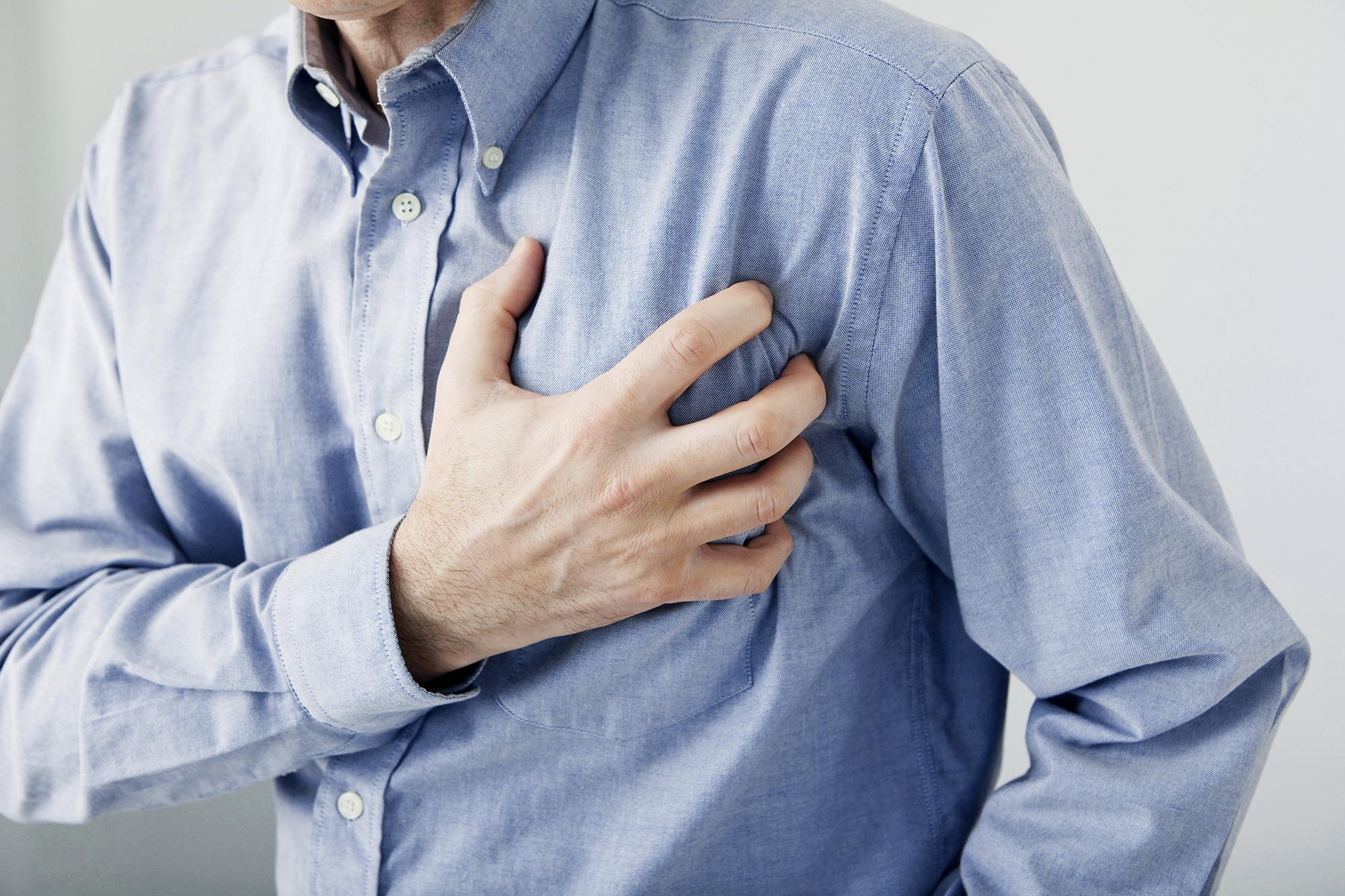 Мужчина сердце болит