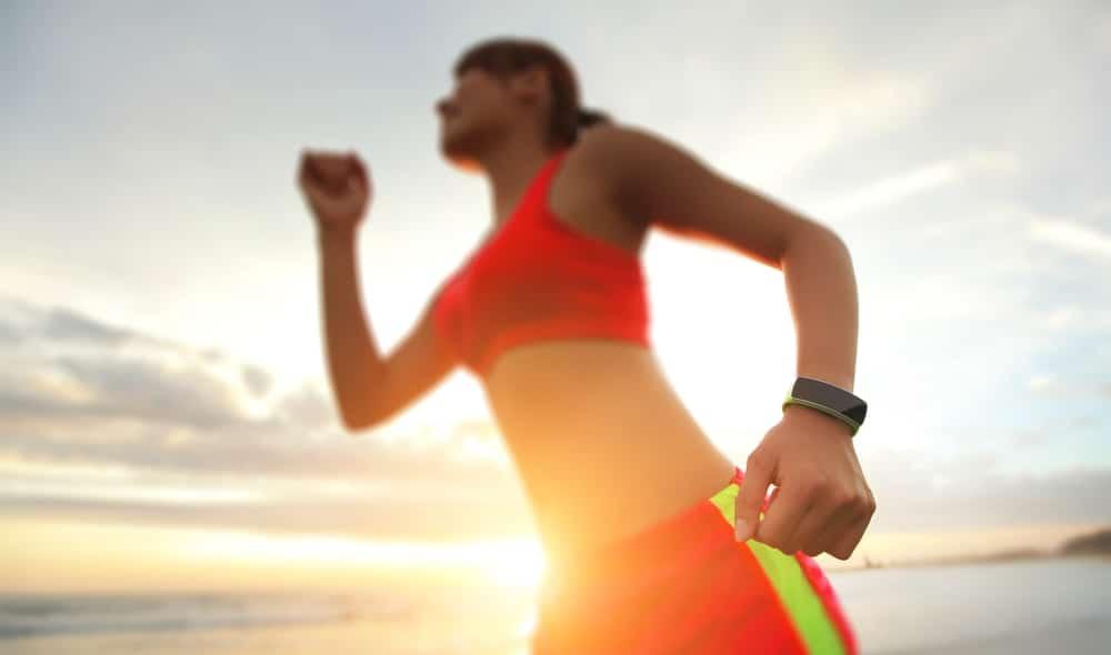 Фитнес браслет на руке