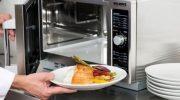 Запомните какие 10 продуктов опасно греть в микроволновке